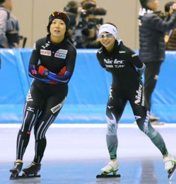 リラックスした表情で調整する高木美帆(左)と姉の高木菜那=長野市エムウエーブ