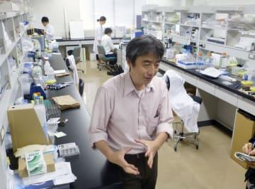 本庶佑京都大特別教授の指導を受けている「免疫機構研究部」の研究室。手前は太田明夫部長=2日午後、神戸市