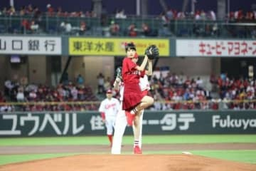 広島東洋カープ対阪神タイガース戦で始球式に登板した高橋ひかるさん