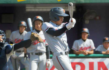 塔南-京都国際 5回表京都国際1死一、二塁、村野が適時二塁打を放つ(わかさスタジアム京都)