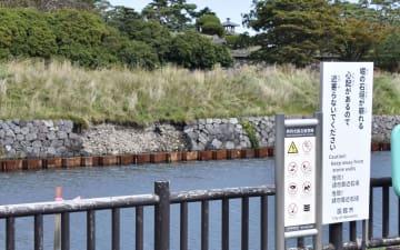 北海道の地震で崩れ落ちた五稜郭跡の石垣(奥)=2日、北海道函館市