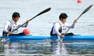 【少年男子カヤックペア500メートル決勝】粘り強く戦い7位入賞を果たした芝崎(右)と宮崎