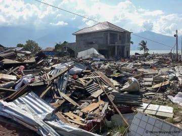 スラウェシ島の都市パルの村 地震と津波で崩れた建物(2018年10月2日撮影)