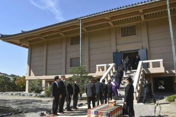 正倉院の宝庫に入る勅使の侍従ら=3日午前、奈良市