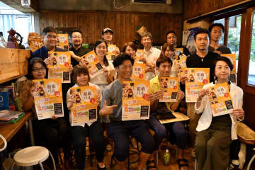 「船橋バル」の実行委員会や参加店の関係者ら=千葉県船橋市内