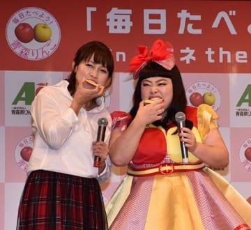県産リンゴを試食する岡崎さん(左)、渡辺さん=2日、東京・新宿