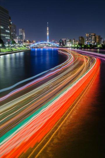中央大橋からの屋形船の光跡と夜景(撮影:平野博之)