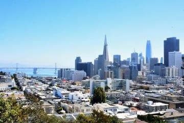 高台からサンフランシスコ市中心部を望む。周囲を海に囲まれ、歴史を感じる住家と高層ビルが立ち並ぶ
