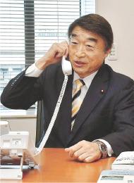 入閣を伝える首相官邸からの電話を受ける根本氏=2日午後1時25分ごろ、衆院議員会館