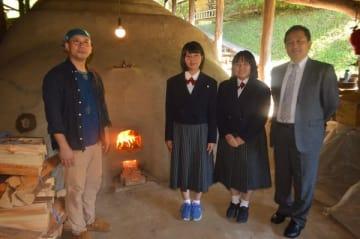 火入れした登り窯を前にする左から濱田さん、石川さん、菱沼さん、星校長