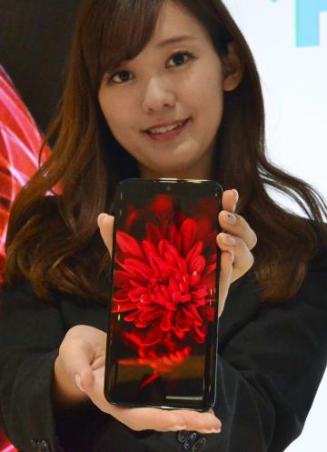 シャープが発売する自社製の有機ELパネルを搭載したスマートフォン=3日、東京都港区