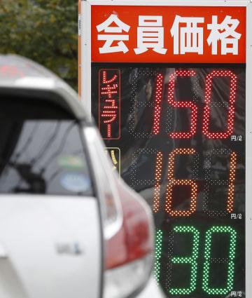 ガソリンスタンドの店頭に表示された価格=3日午後、東京都内