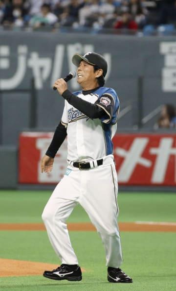 日本ハムのユニホーム姿でグラウンドに登場したタレントの明石家さんまさん=札幌ドーム