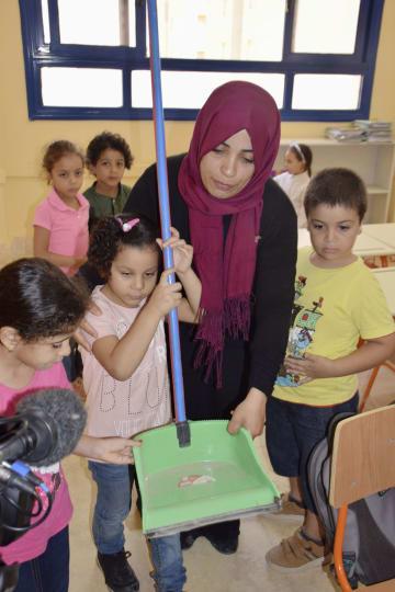 「エジプト・日本学校」の教室で、掃除の方法を教わる子どもたち=3日、カイロ近郊ギザ(共同)