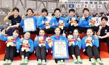 体操成年男女決勝でアベック優勝を決め、笑顔を見せる福井チーム=10月2日、サンドーム福井