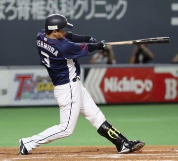 3回西武無死一塁、浅村が左中間に逆転2ランを放つ=札幌ドーム