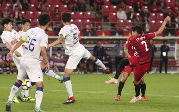 鹿島―水原 試合終了間際、シュートを放つ鹿島・内田(2)。相手の守備で跳ね返ったボールを蹴り込み決勝ゴールとなる=カシマ