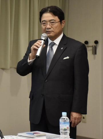 記者会見する関西エアポートの山谷佳之社長=3日午後、関西空港