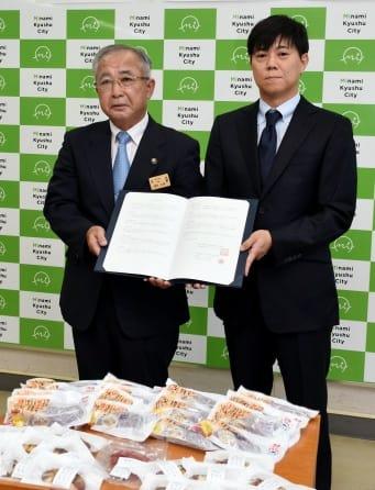 南九州市と立地協定を結んだファームファクトリーの橋口貴樹社長(右)=南九州市役所