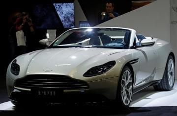 2日、パリで開かれた国際自動車ショーで展示された英アストン・マーチンの車(ロイター=共同)