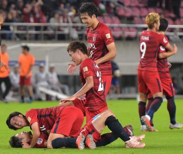 鹿島-水原後半48分、内田のゴールに喜ぶ選手=カシマスタジアム、高松美鈴撮影