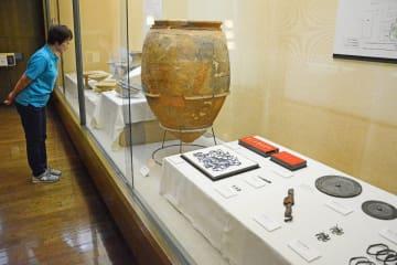 かめや青銅器など、唐津市内の遺跡から出土した品を並べる会場=唐津市菜畑の末盧館