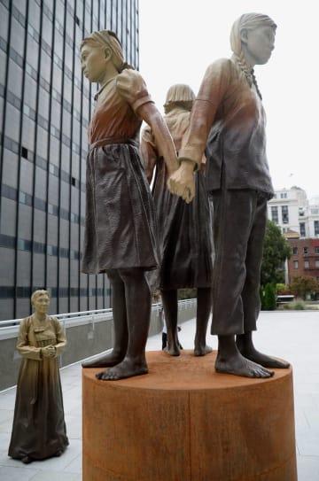 サンフランシスコ市内に設置されている慰安婦問題を象徴する少女像(共同)