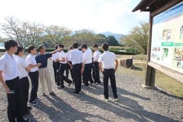 修学旅行で訪れた東京の中学生らでにぎわう原城跡=長崎県南島原市南有馬町