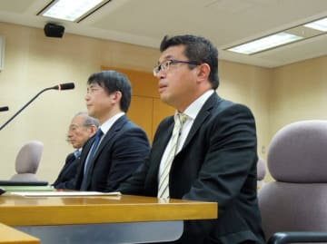 【講演の発言について陳謝する芳野議員(手前)=三重県議会議事堂で】