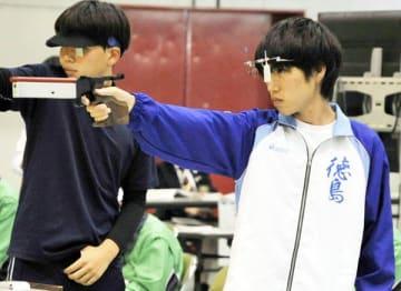 少年男子ビームピストルで優勝した岩佐(右)=福井県立足羽高第1体育館