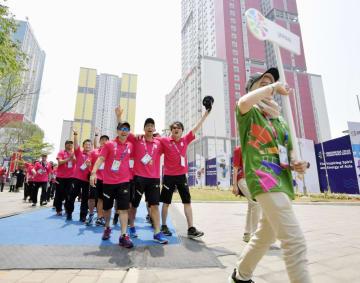 ジャカルタ・アジアパラ大会の入村式に臨む日本選手団ら=4日、ジャカルタ(共同)