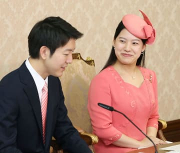7月、婚約内定の記者会見に臨まれる高円宮家の三女絢子さまと守谷慧さん=宮内庁