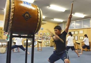 練習に励む大船渡東高の太鼓部員。6日の記念式典でも力強い音を響かせる
