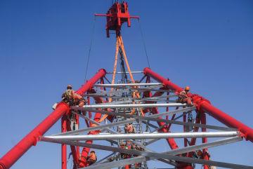 世界一高い送電鉄塔、頂上部の据え付け完了
