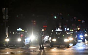 停電で信号機が止まった札幌市中心部で、交通整理に当たる警察官=9月6日午前3時57分