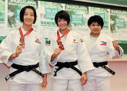全校生徒に世界柔道選手権の出場を報告した(左から)金知秀、阿部詩、高橋麻莉弥=神戸市中央区の夙川中・高