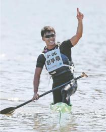 カヌー少年男子スプリント・カナディアンシングル(200メートル)で優勝した吉田(坂本秀明撮影)