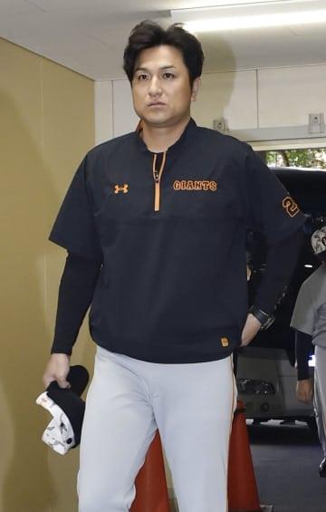 広島戦のため球場入りする巨人・高橋監督=4日、広島市のマツダスタジアム