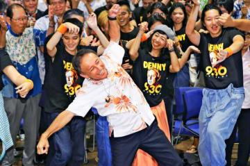 知事選で当選を決め、支援者らとカチャーシーを踊る玉城デニー氏(中央)=9月30日、那覇市古島