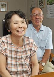 アジア大会銀メダルの獲得を喜ぶ野上恵子さんの母由美子さん(左)と父泰弘さん=小野市育ケ丘町