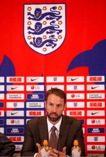 記者会見で語るイングランド代表のサウスゲート監督=4日、バートン・アポン・トレント(ロイター=共同)