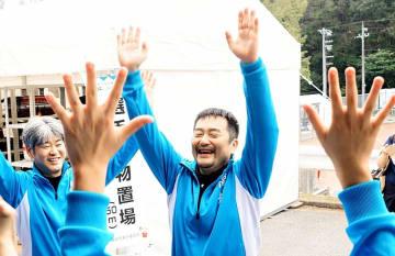 ライフル射撃の成年男子50メートルライフル伏射60発で日本新Vを決め、チームメートとバンザイして喜ぶ織田祐宏(中央)=10月4日、福井県立ライフル射撃場