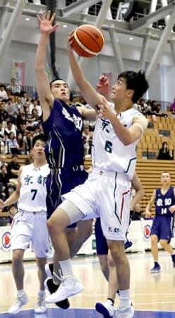 バスケットボール少年男子準決勝 京都-愛知 第3クオーター、ドリブルで切り込みシュートを放つ京都の笹山(福井市・県営体育館)