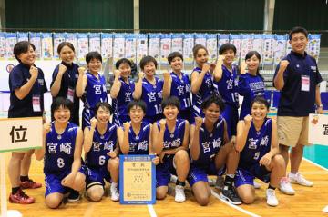 バスケットボール少年女子で準優勝した県選抜の選手たち=福井県永平寺町・松岡中体育館