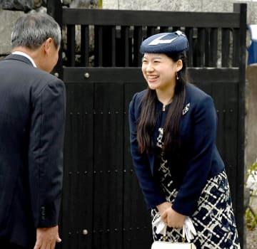 出迎えを受け、ほほ笑まれる絢子さま=10月4日、福井県南越前町の北前船主の館・右近家