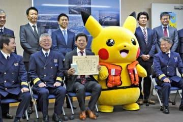 ピカチュウとの記念写真に笑顔の海上保安官ら=4日、横浜市中区の横浜海上保安部