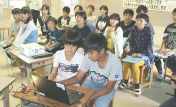 パソコンを操作しアバターを動かす児童