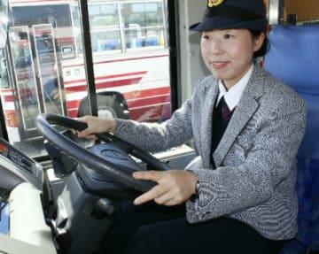 バスを運転する大分交通の女性運転士、三浦鏡圭さん