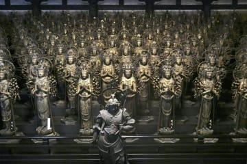 26年ぶりに三十三間堂で勢ぞろいした1001体の「木造千手観音立像」=京都市東山区
