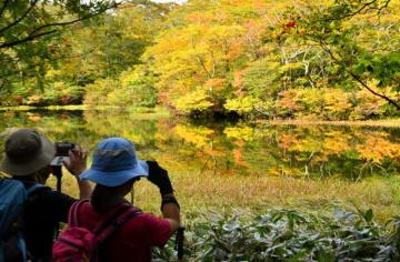 紅葉が進む焼石岳の上沼周辺。湖面が水鏡となり神秘的な光景が広がった=4日、奥州市
